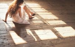 Girl sitting on floor for him ,wide,wallpapers,images,pictute,photos