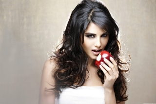 Sunny leone eating apple