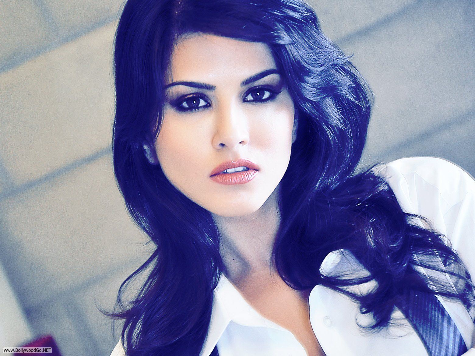 Download Sunny Leone Innocent Look Wallpaper For Mobile Cell Phone