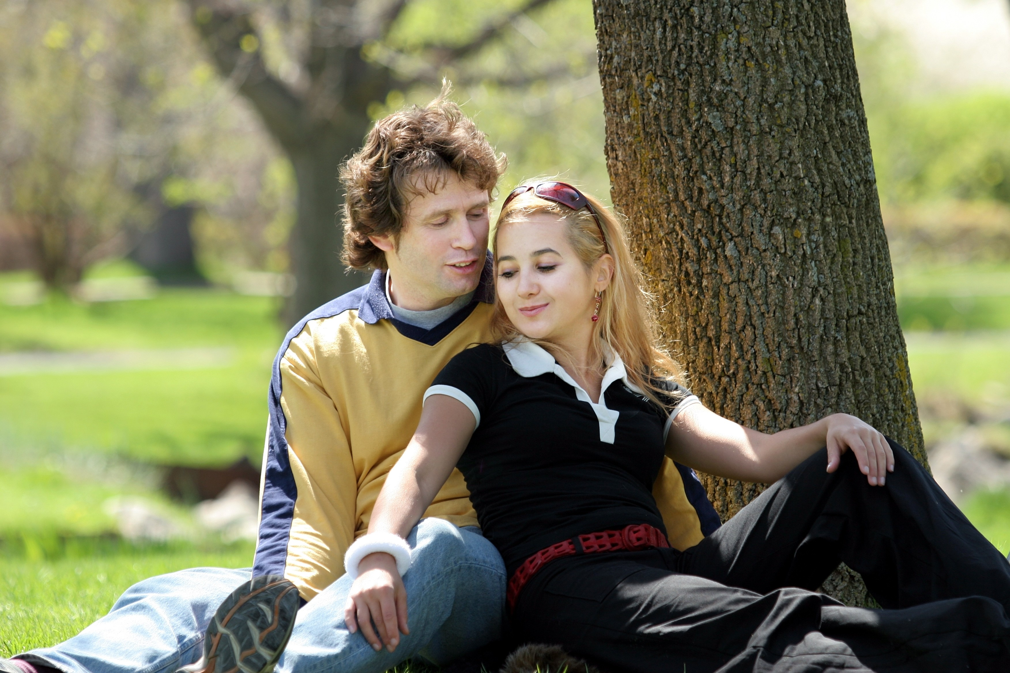 Young couple having picnic in a park hd wallpaper
